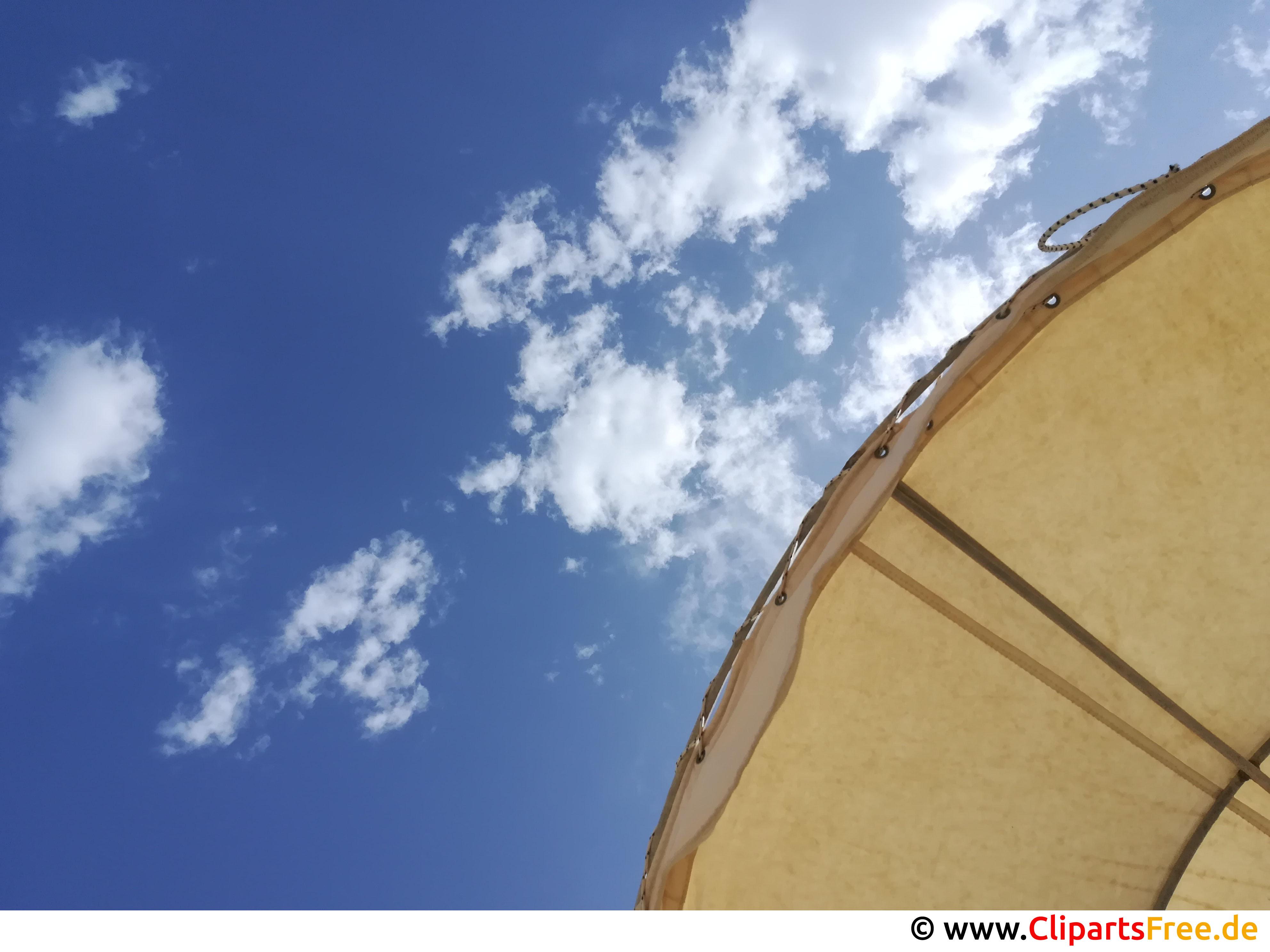 Sonnenschirm und blauer Himmel Foto kostenlos