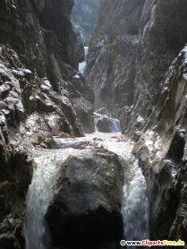 Flod i bjerget foto