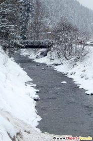 Flod i vinterskovfoto