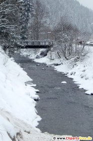 Flod i vinterskogfoto
